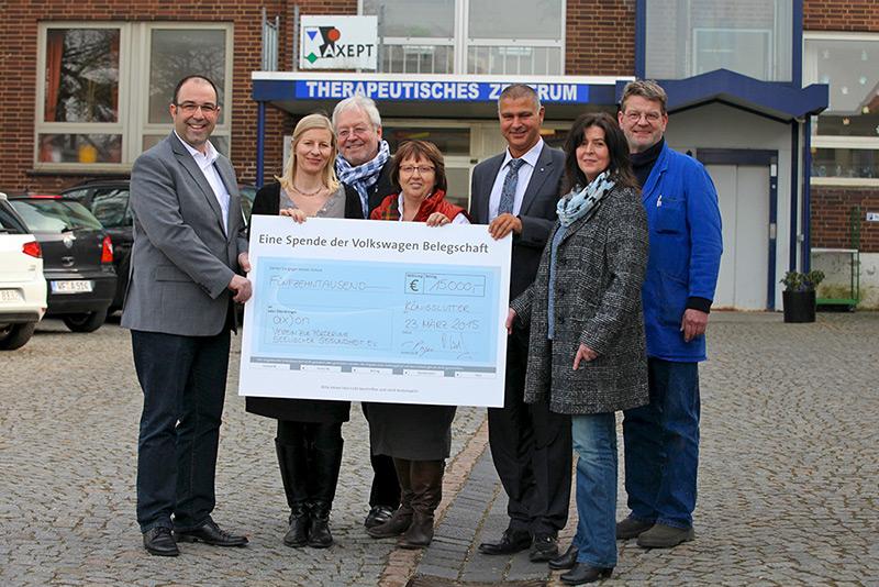 Volkswagen Mitarbeiter unterstützen den Verein a)(on in Königslutter 15.000 EURO